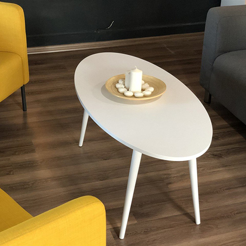 تصوير علوي لطاولة قهوة لون أبيض