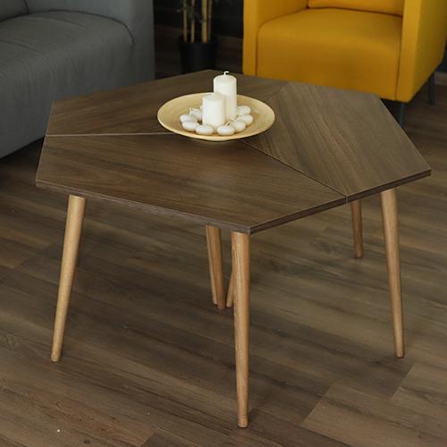 طاولة قهوة بني خشب مع شموع