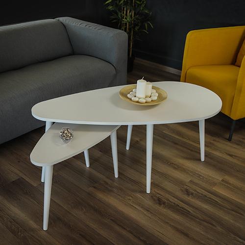ديكور مميز لطاولة قهوة خشبلية لون أبيض