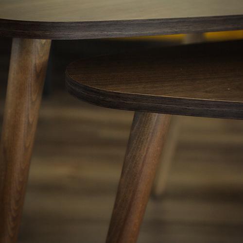 صورة عن قرب لطاولات قهوة خشبية