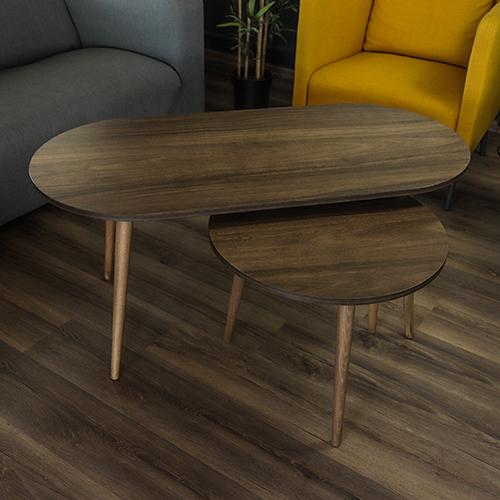 طاولة قهوة خشبية بني كبيرة بجوارها طاولة صغيرة