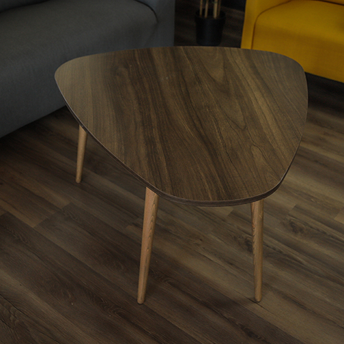 صورة عن قرب لطاولة قهوة خشبية