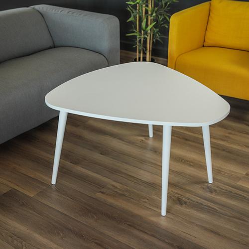 صورة طاولة قهوة لون أبيض بين كنبتين