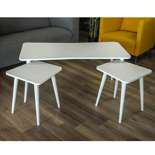 طاولة قهوة لون أبيض بجوارها طاولتين حجم أصغر