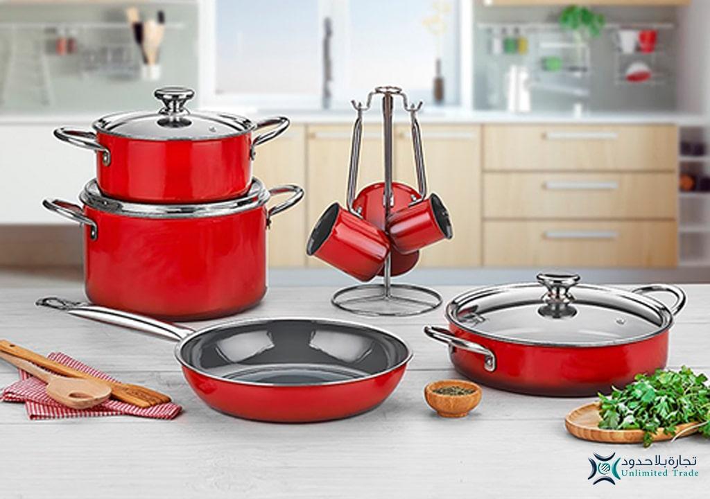 صورة مميزة لطقم قدور بورسلان كووك؛ قدور كما لم تراها من قبل على منضدة بالمطبخ