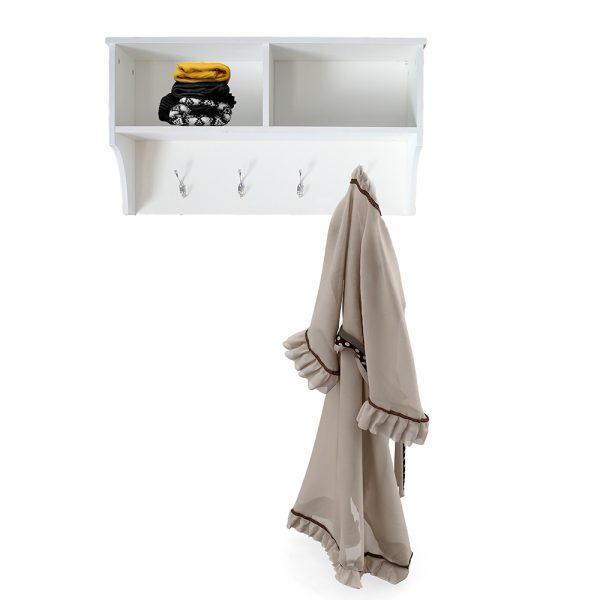 علاقة ملابس بوحدات تخزين خلفية بيضاء
