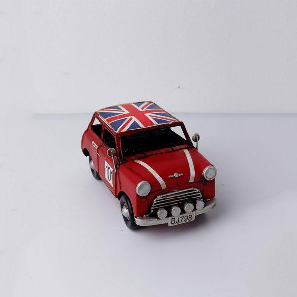 سيارة حمراء تحفة أنتيكة
